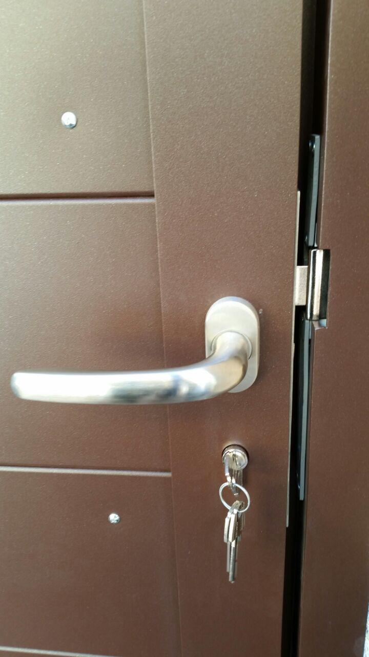 Puertas de aluminio soldado detalles modelo gri on - Manivela puerta aluminio ...
