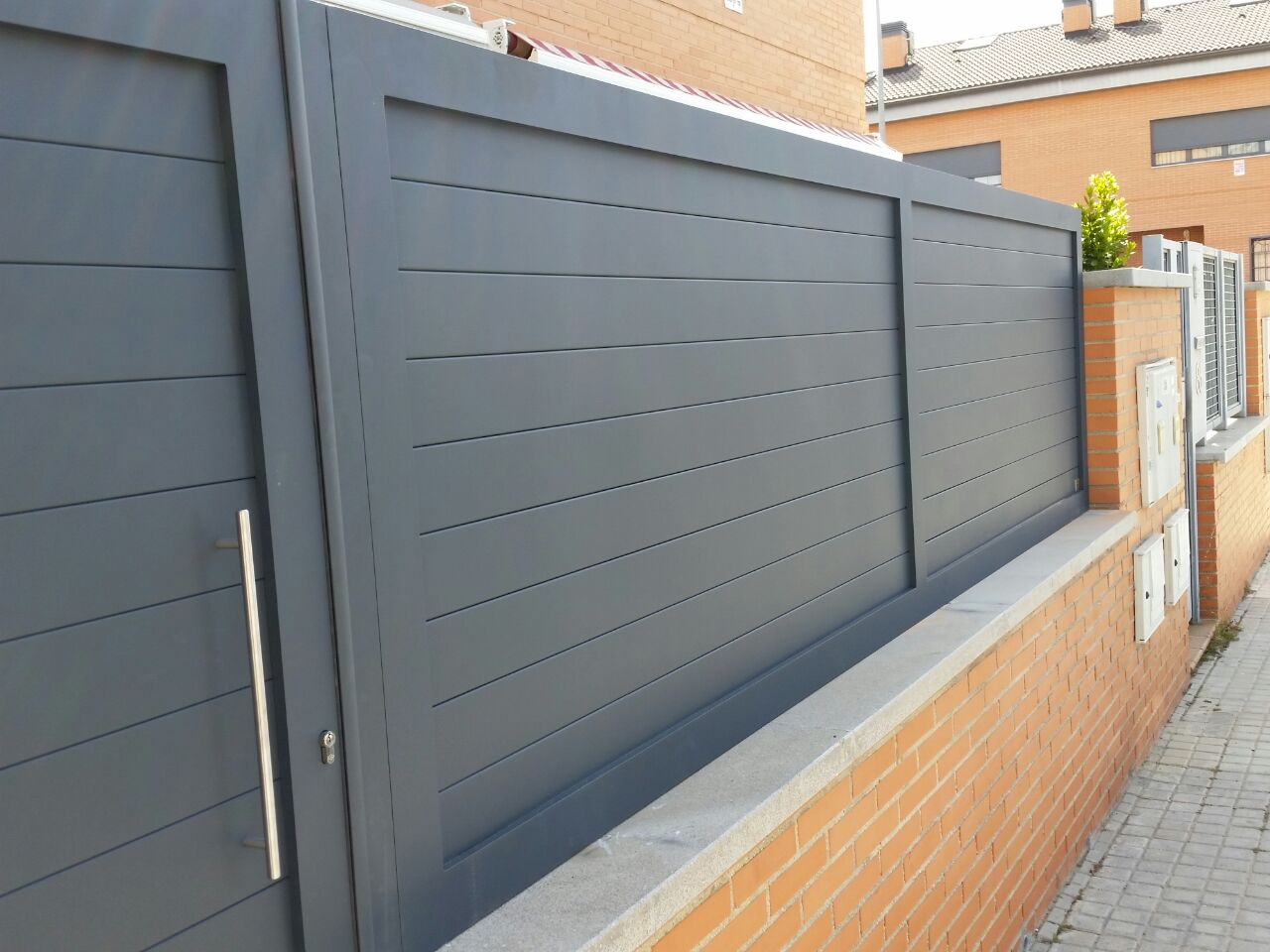 Puertas de aluminio soldado y vallas grupo marver for Vallas de aluminio para jardin