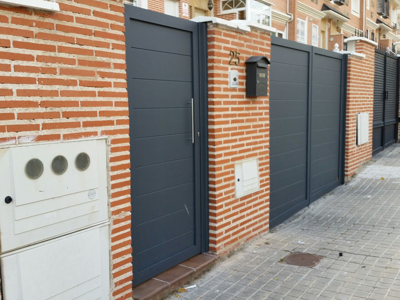 Puertas de aluminio soldado y vallas grupo marver for Puertas de calle aluminio precios