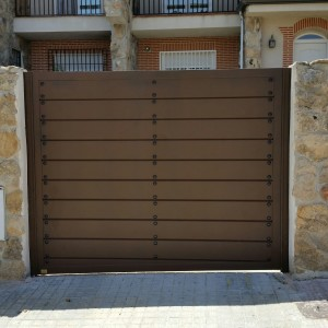 Puertas de aluminio para exterior modelo navalcarnero for Puertas metalicas para exteriores