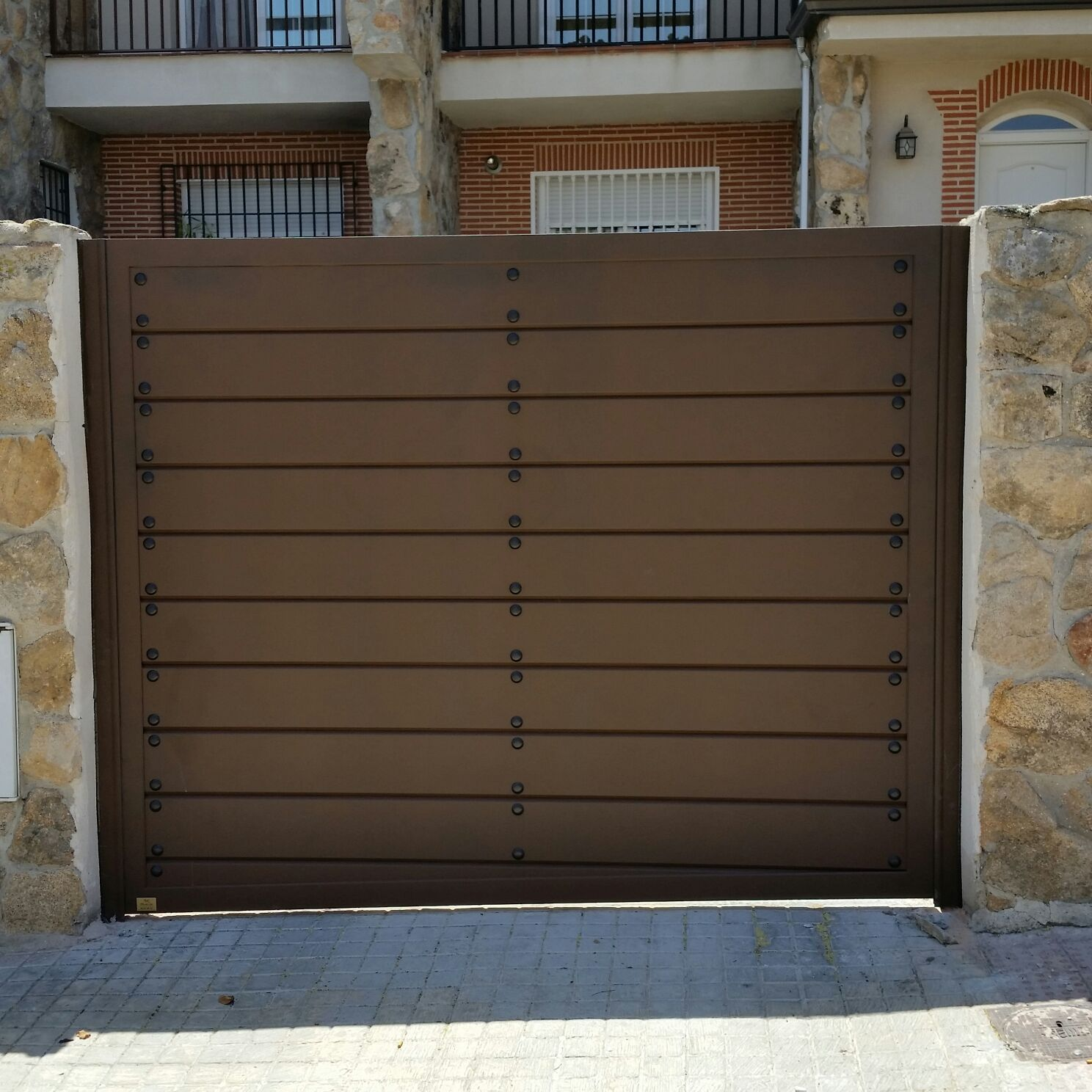 Puertas de aluminio para exterior modelo navalcarnero for Puertas metalicas modernas para exterior