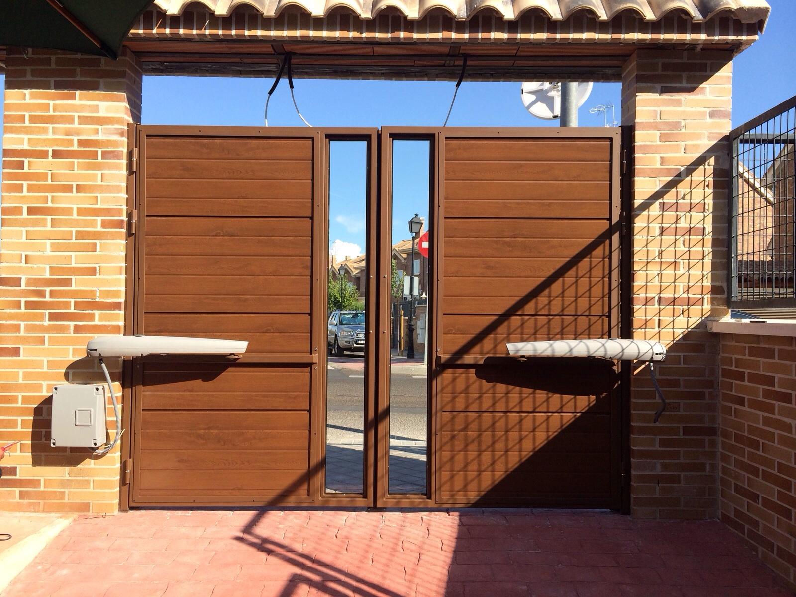 Puertas de panel imitaci n madera con inserto de cristal - Paneles imitacion madera ...