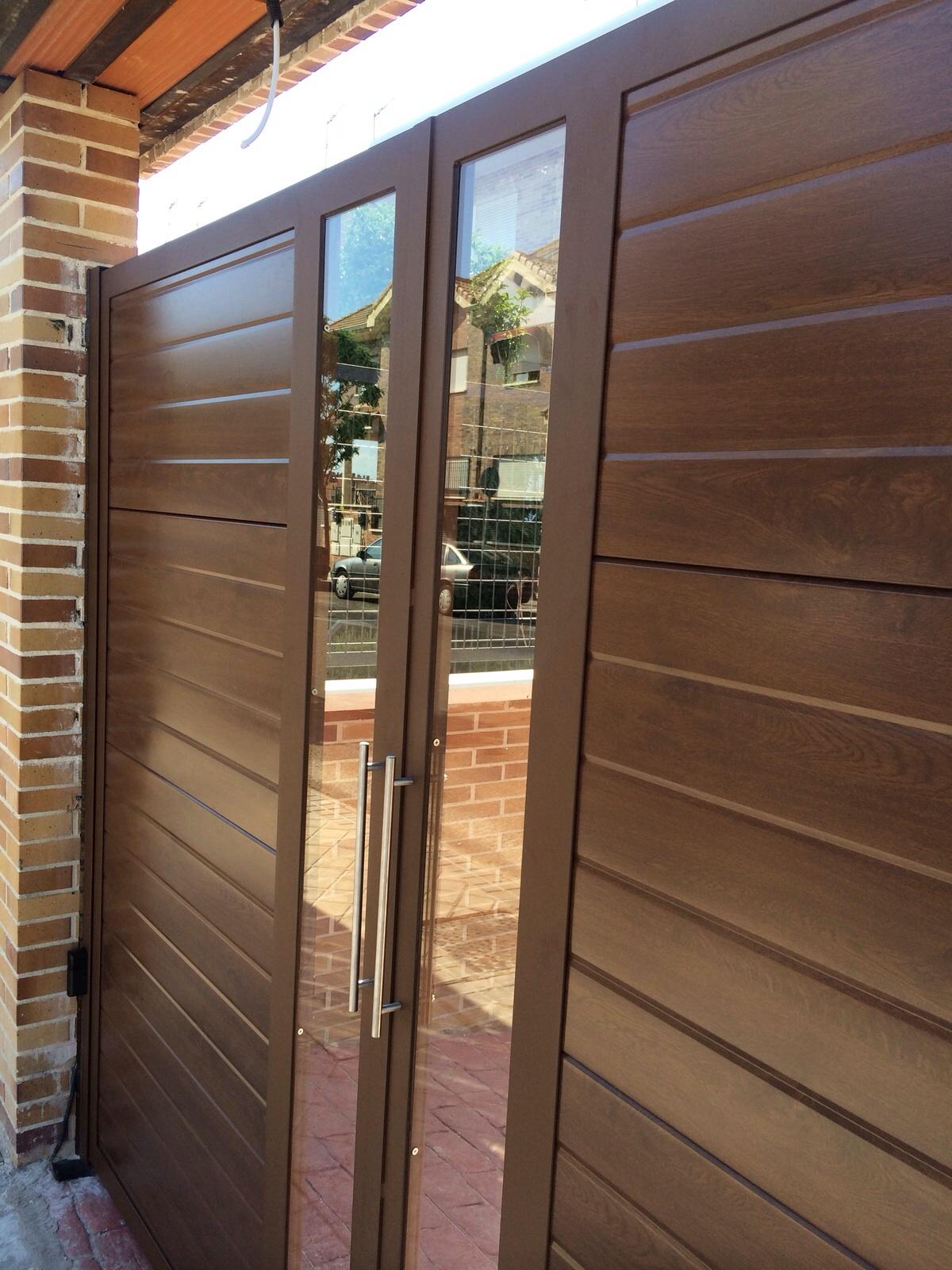 Puertas de panel imitaci n madera con inserto de cristal for Paneles de aluminio para puertas