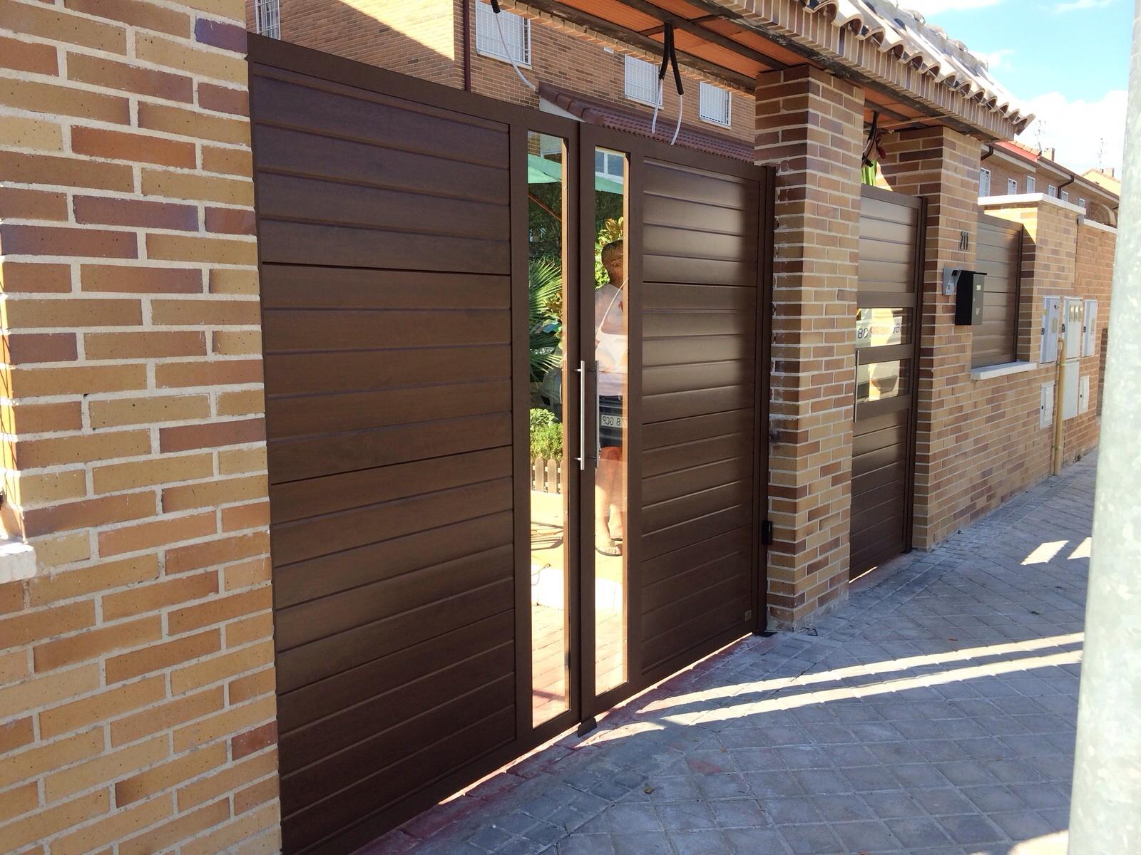 Puertas de aluminio exterior imitacion madera awesome aluminio acabado madera cerezo with - Imitacion madera exterior ...