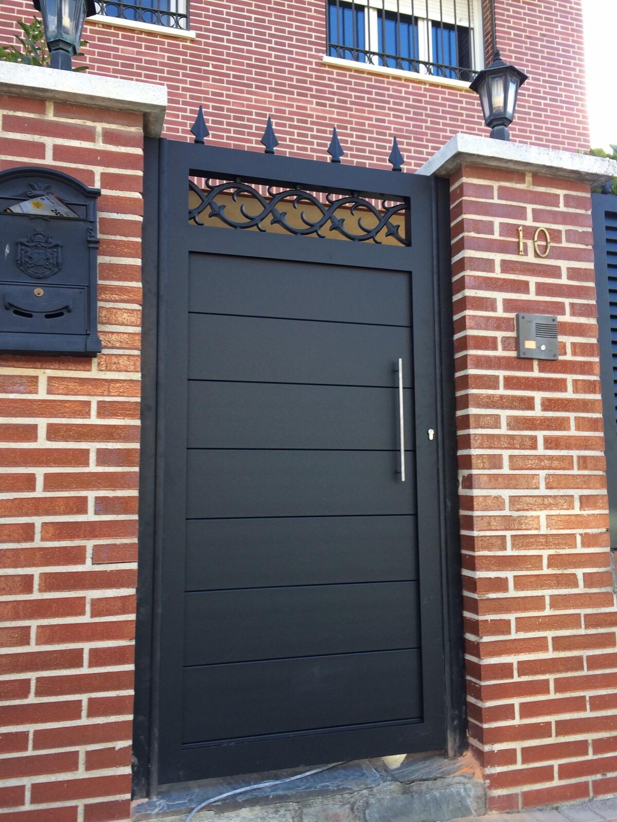 Detalles que hacen de una puerta nica aluminio soldado for Modelos de puertas de forja