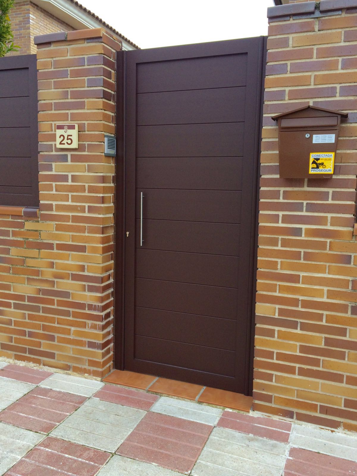 Puertas de aluminio para exterior modelo gri on for Colores para puertas exteriores