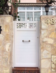 Puerta de aluminio soldado estilo forja de Marver, pide información sobre este tipo de puerta, si buscas un material para toda la vida sin riesgo de óxido, no busques más http://www.marverconstruccionesmetalicas.com/