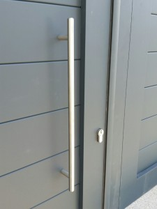 detalle de puerta de aluminio soldado