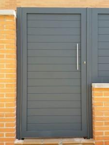 puerta peatonal de aluminio soldado